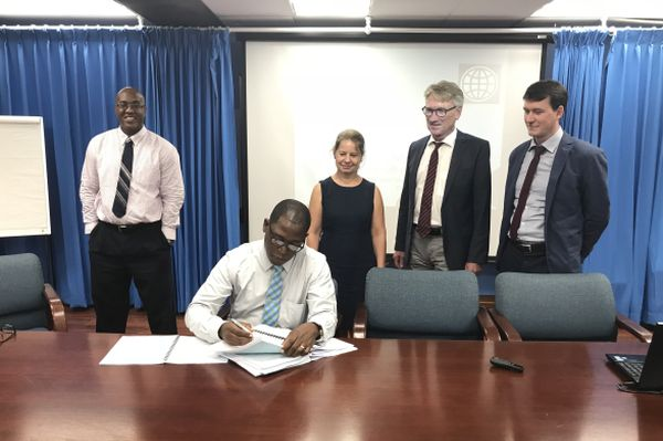 images/hpc/News/StLucia_IMG_0291_contract-signature.jpg